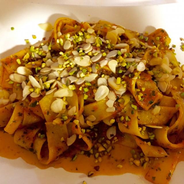 Pasta mit einem Tomatenpesto, Pistazien und Mandeln